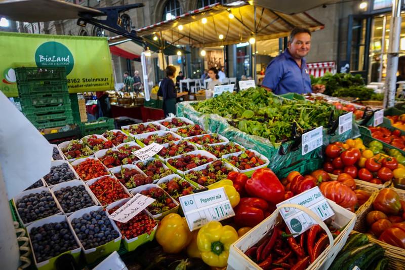 Вот например фрукты-овощи продаёт на какая-нибудь бабулька с газеты, а представитель фермерской груп
