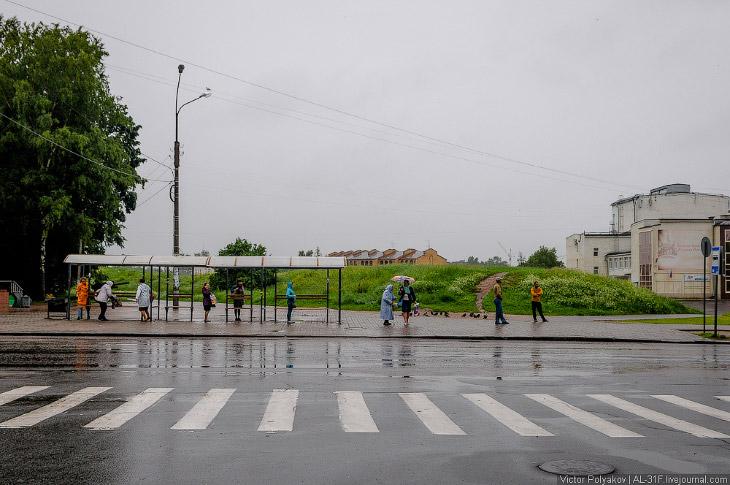 Наш поезд причалил к перрону вокзала Великого Новгорода около 6 часов утра. В этот момент, как по за