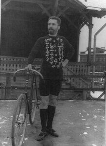 Победитель гонок из Стрельнинского общества велосипедистов-любителей