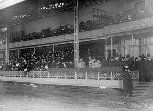 Общий вид трибуны со зрителями на Семеновском плацу.