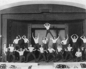 Группа гимнастов на сцене