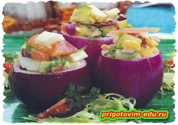 Красный лук фаршированный овощным салатом