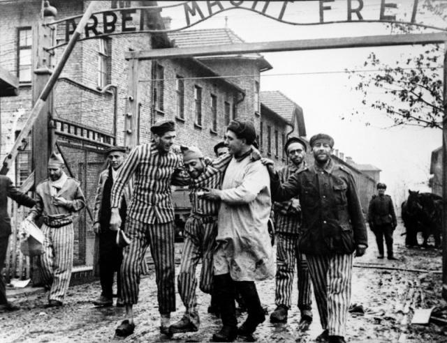 Советские солдаты выводят освобождённых узников концлагеря Освенцим