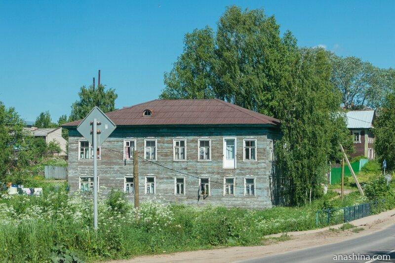 Типичный деревянный двухэтажный дом в Вытегре