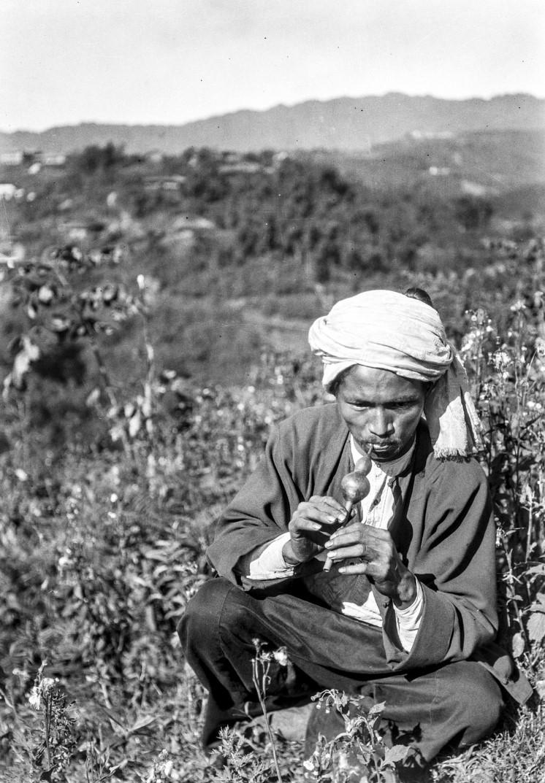 967. Мужчина играет на тыквенной флейте