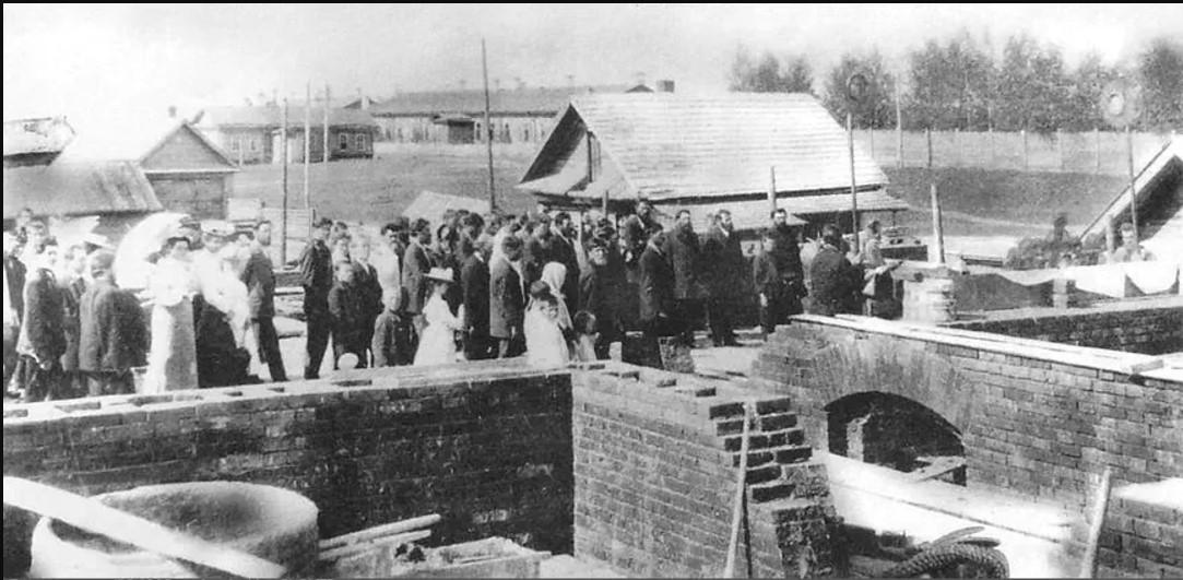 Освящение фундамента будущей Ижевской земской больницы. 1910