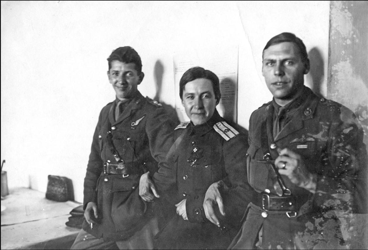 Полковник В. Г. Баранов (в центре) с английскими офицерами. Май 1919