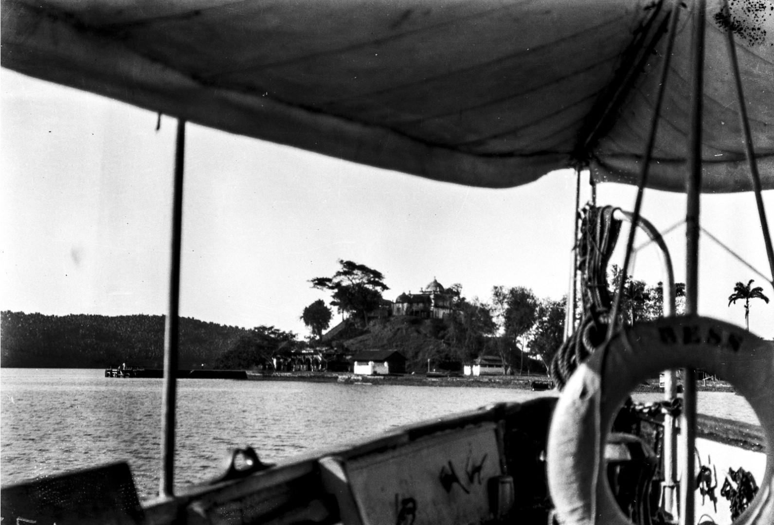 1134. Вид с парома на остров Вайпер и дом владельца плантации Альфонс Вернигг