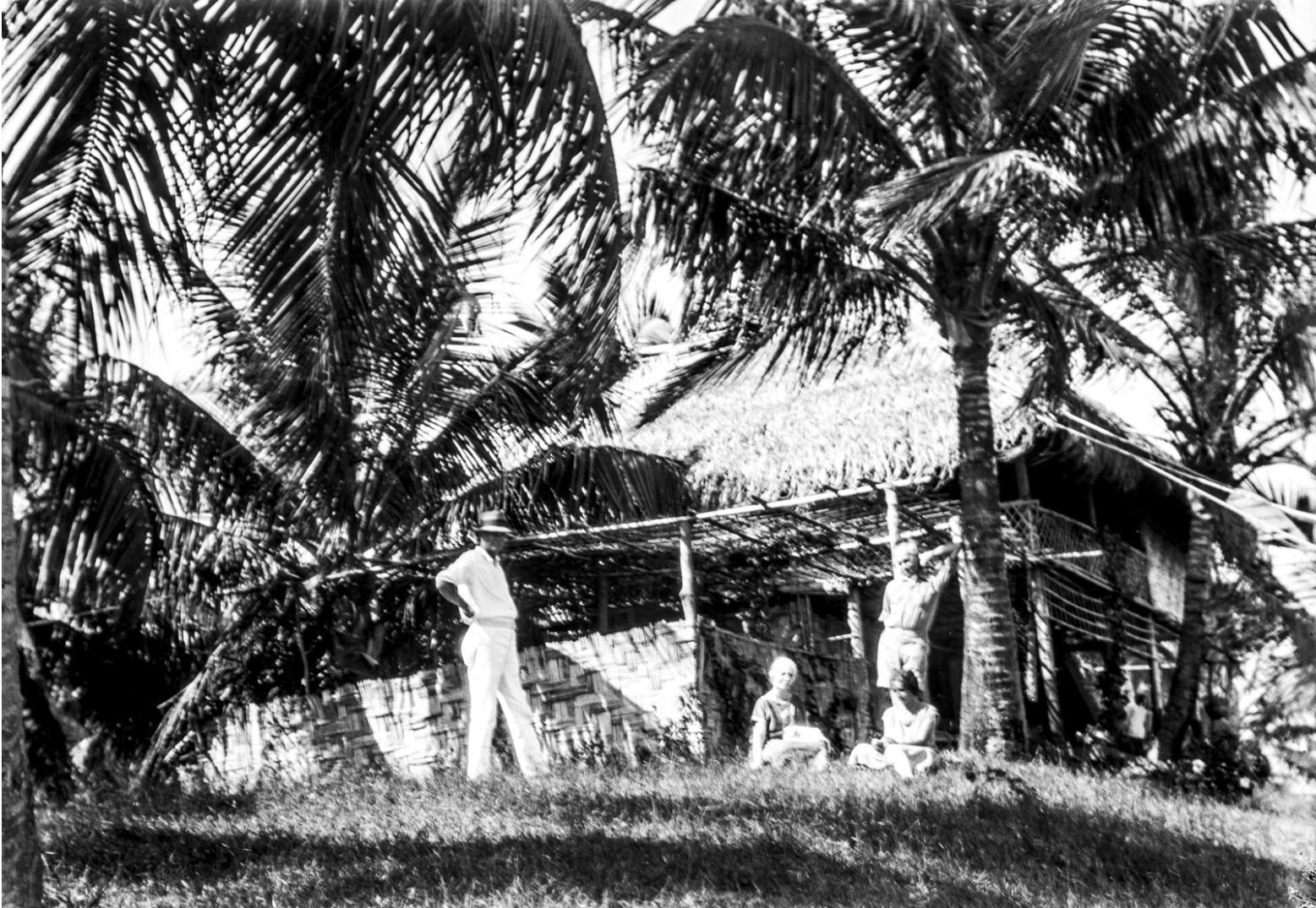 1138. Остров Вайпер. Арнольд  и Атали Вернигги возле деревянного дома