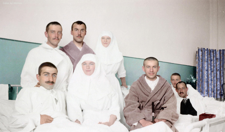 Великие княжны Татьяна и Ольга в военном госпитале