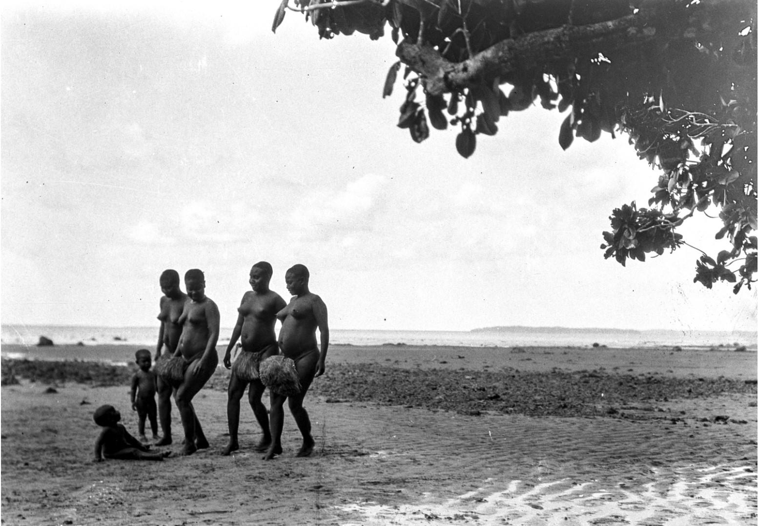 1203. Народность онге. Группа женщин танцует на берегу