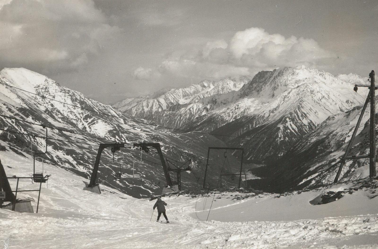 Центральный Кавказ. Чегет (3772 м). Вид с вершины станции подъемника на трассе в  Баксанскую долину