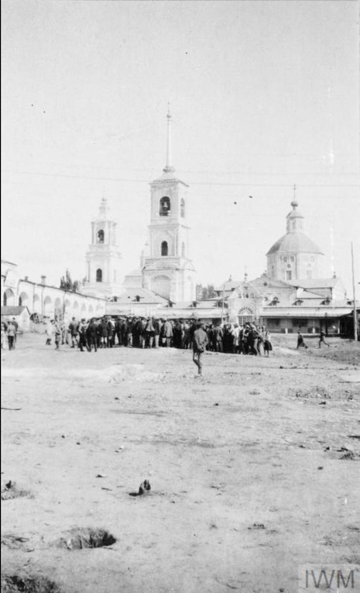 Солдаты III Донского корпуса и мирные жители собираются вместе возле церкви в Острогожске, летом 1919