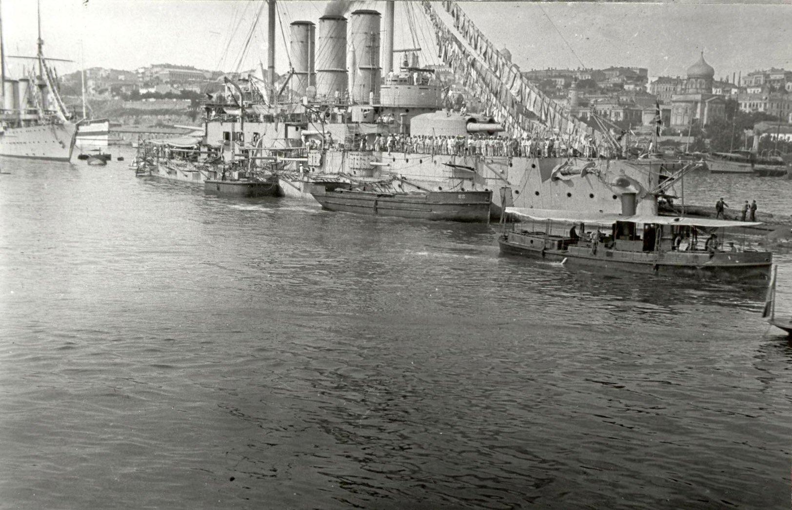 На рейде Южной бухты линейный корабль бригады ЛК Черного моря