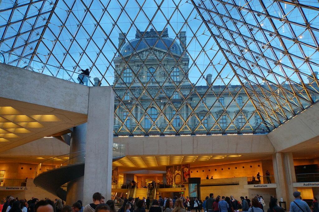 В вестибюле Лувра