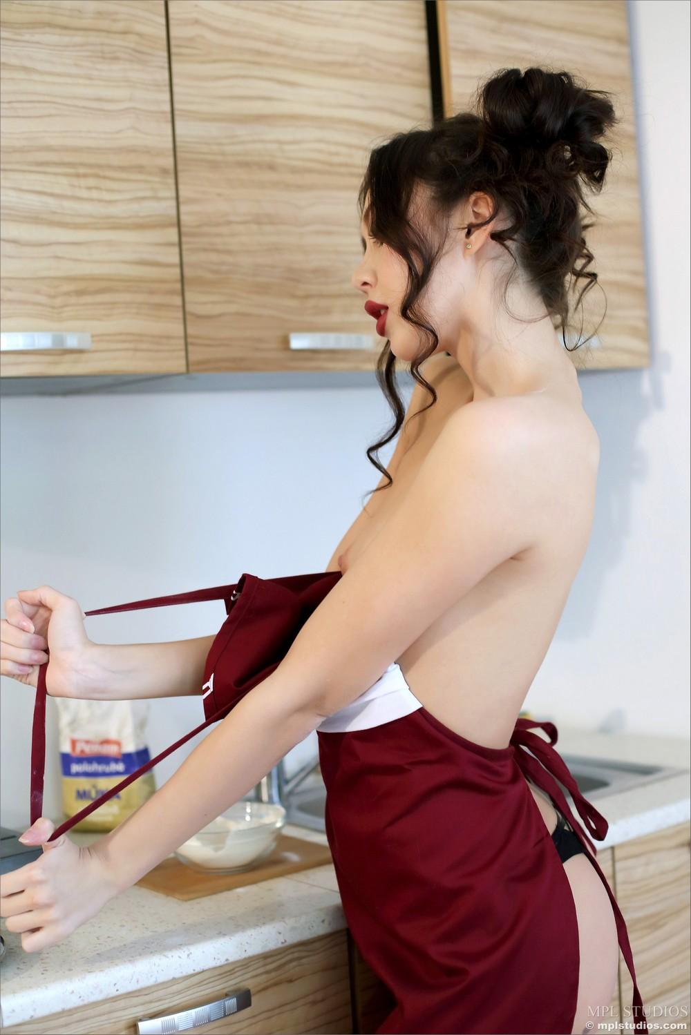 Sakura хулиганит на кухне