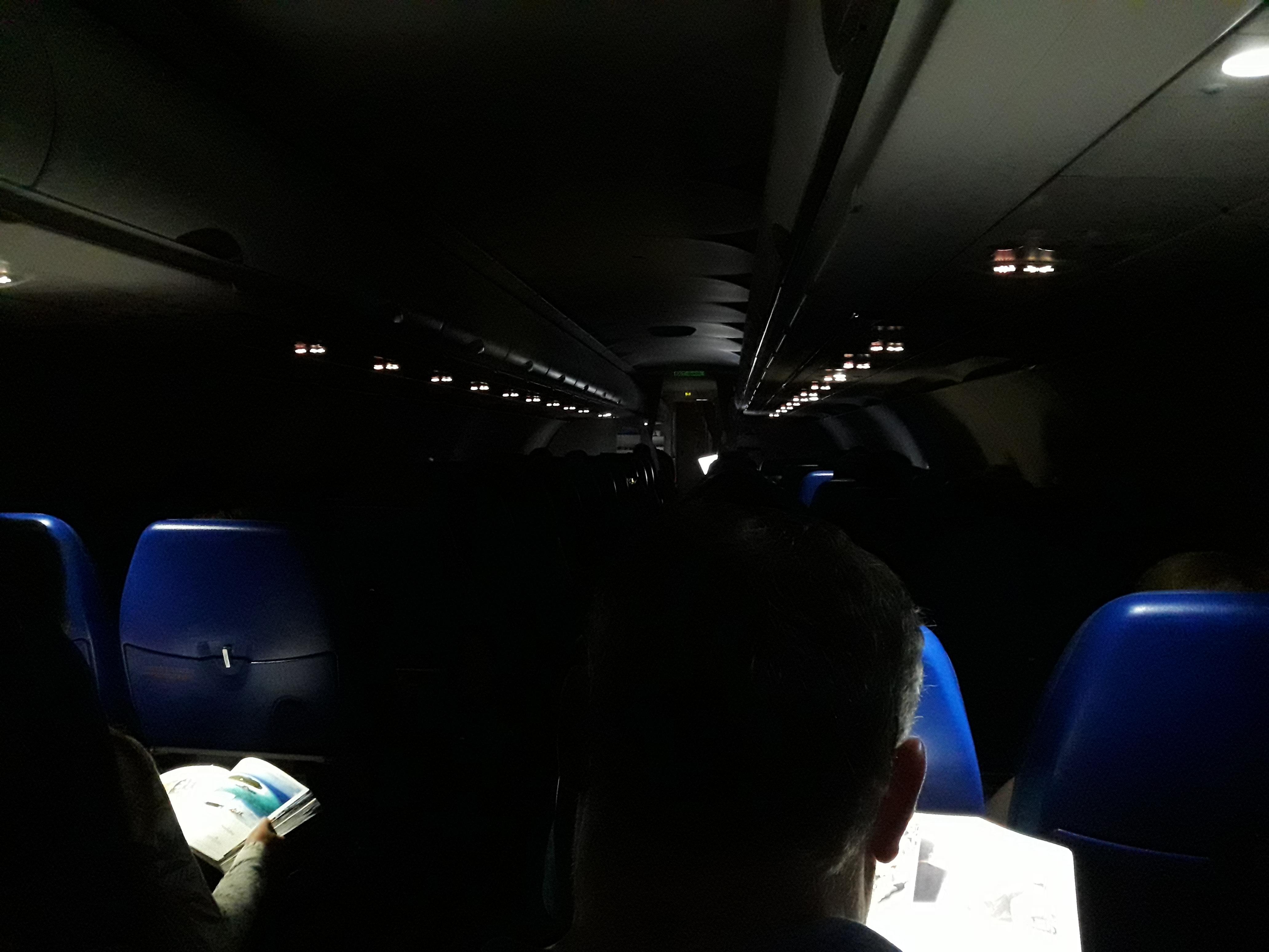 Почему в самолетах ночью при взлете и посадке выключают свет?