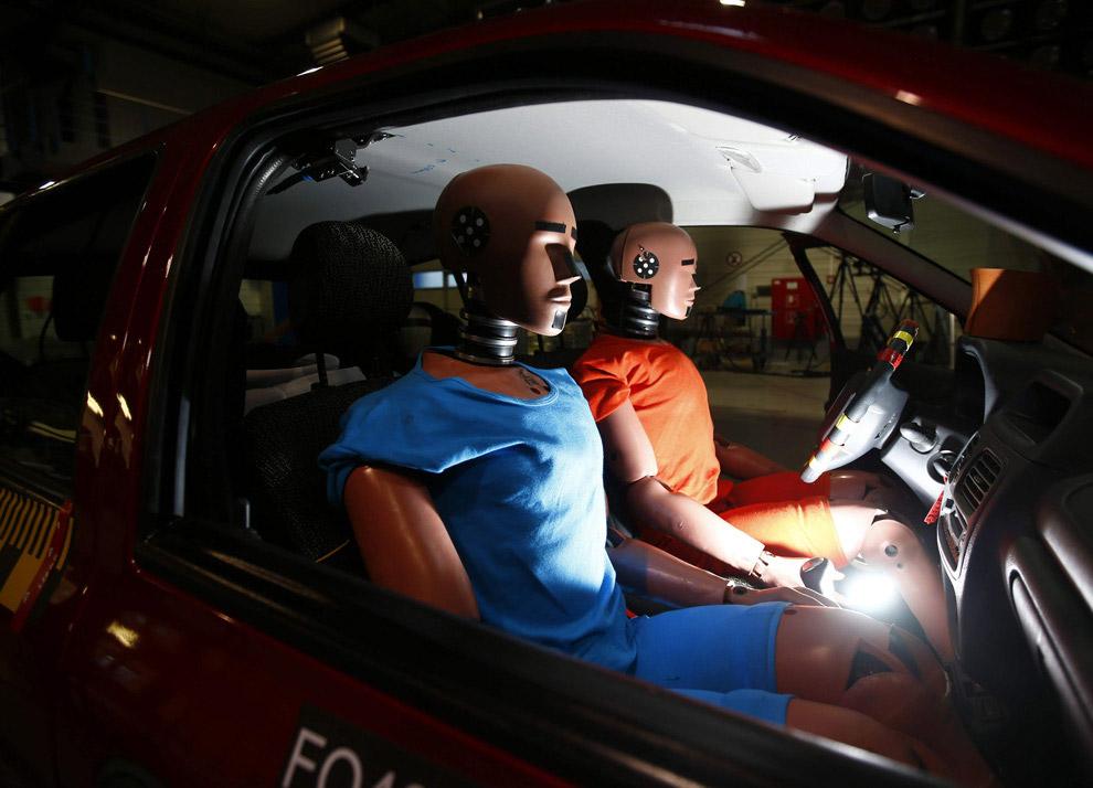 Четвертый пункт теста — испытание безопасности машины для пешеходов: манекен сбивают на скорост