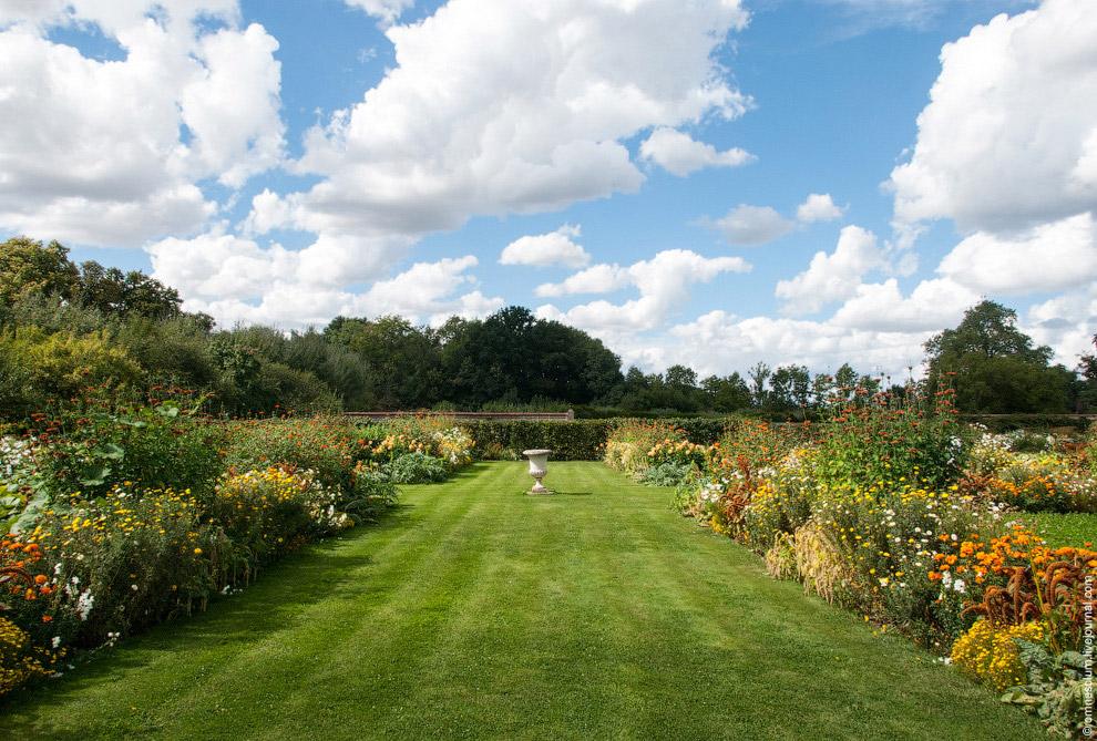 Весной и летом здесь можно наблюдать буйство цветов и красок.