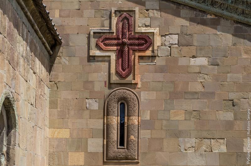 Постройку храма относят к 11 веку, а само название переводится как «животворящий столп». Несколько а