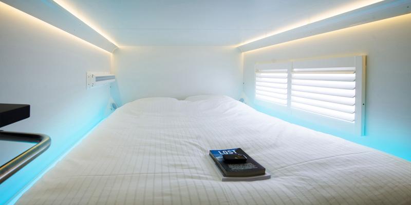 8. Хотя кровати довольно компактны, проживание здесь намного более приватное, нежели в традиционных
