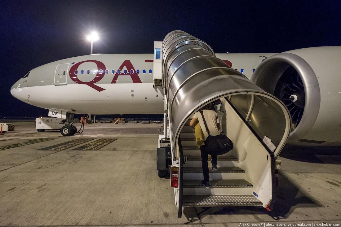 Поднимемся на борт. «Боинг-777-200LR» в этот раз не у телетрапа, а на стоянке, что дает возможность