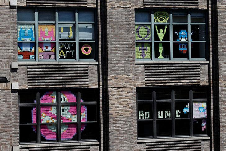 Окна стали наполняться смешными картинками и посланиями.