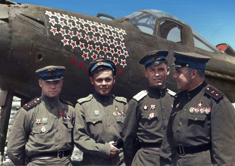 Слева направо: А. Ф. Клубов (дважды Герой Советского Союза, сбил 31 самолет лично, 19 — в группе), Г