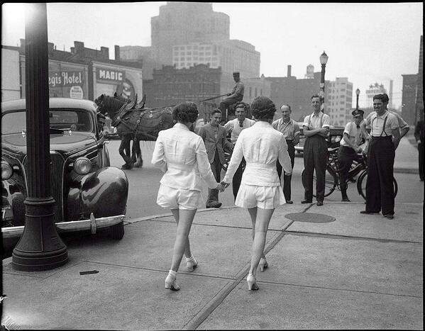 Этот кадр, сделанный в Торонто в 1937 году, можно встретить во многих исторических подборках. Его по