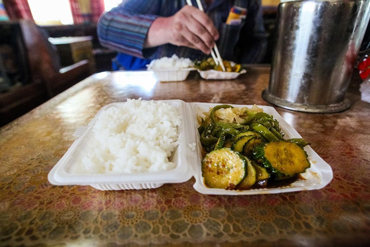 30. В некоторых монастырях есть своя кухня, где можно за 40 рублей очень плотно пообедать. Денег уже