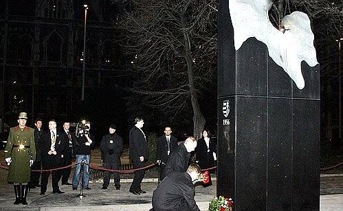 28.02.2006 21:15 Владимир Путин возложил цветы к памятнику жертвам событий 1956 года «Пламя революции»