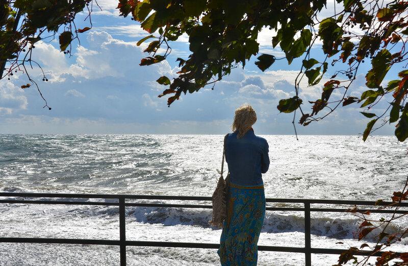 Мечтает снова женщина у моря...