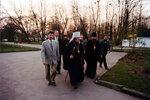 Митрополит Кирилл идет в здание администрации собора.