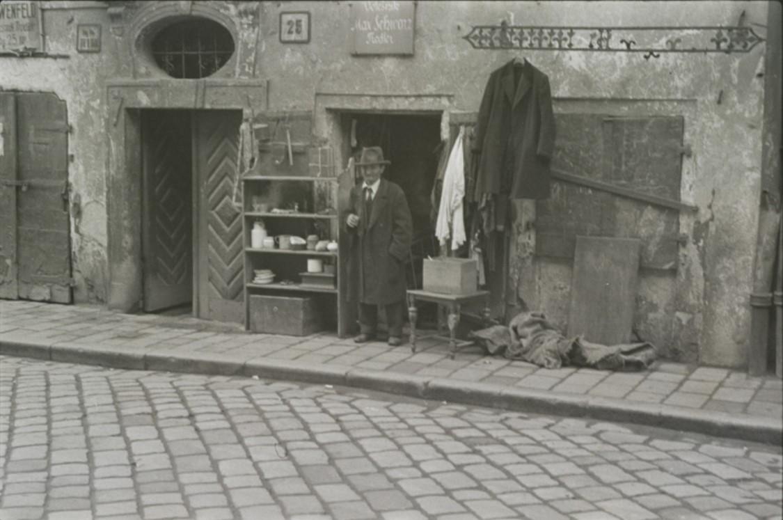 Старьевщик у входа в свой магазин