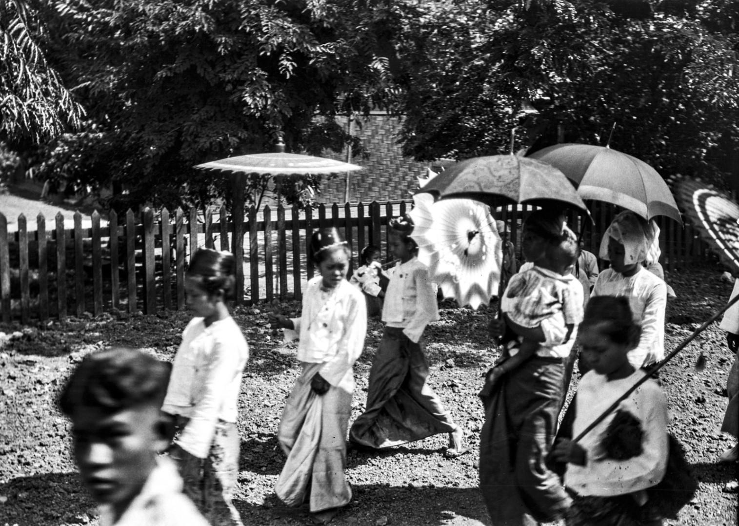 1087. Люди под зонтами