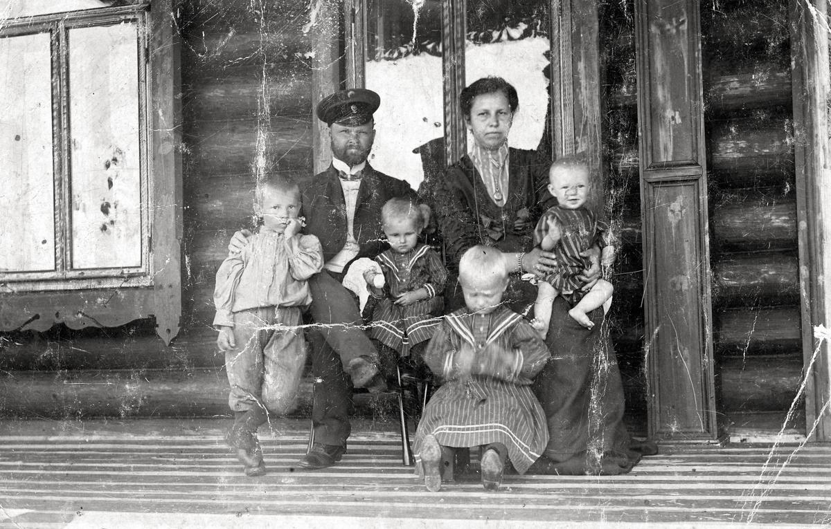 Семья банковского служащего. Николай Иванович Жильцов и Мария Алексеевна Панафидина, 1915