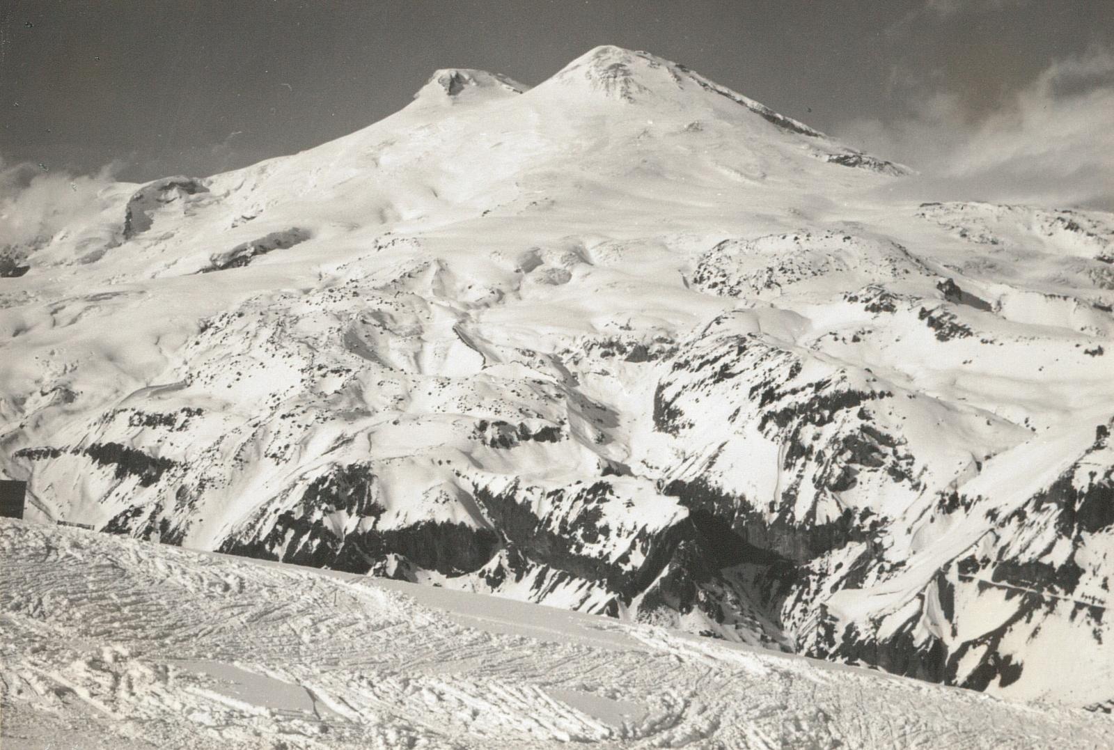 Центральный Кавказ. Двойной пик Эльбруса (5633 и 5621 м) от верхней станции Чегета