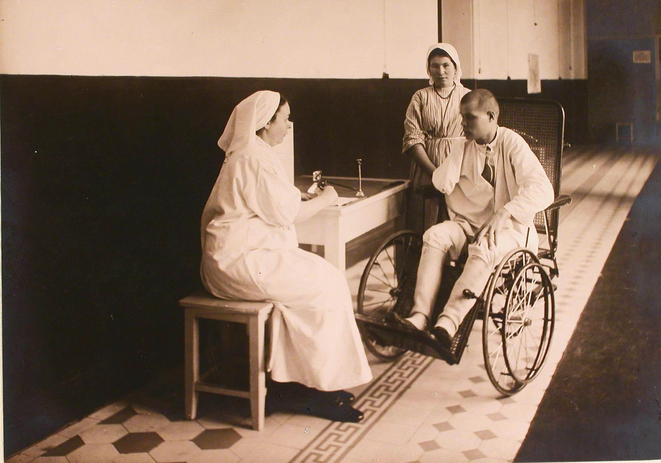 26. Раненые диктует письмо сестре милосердия на сестренском посту госпиталя №6