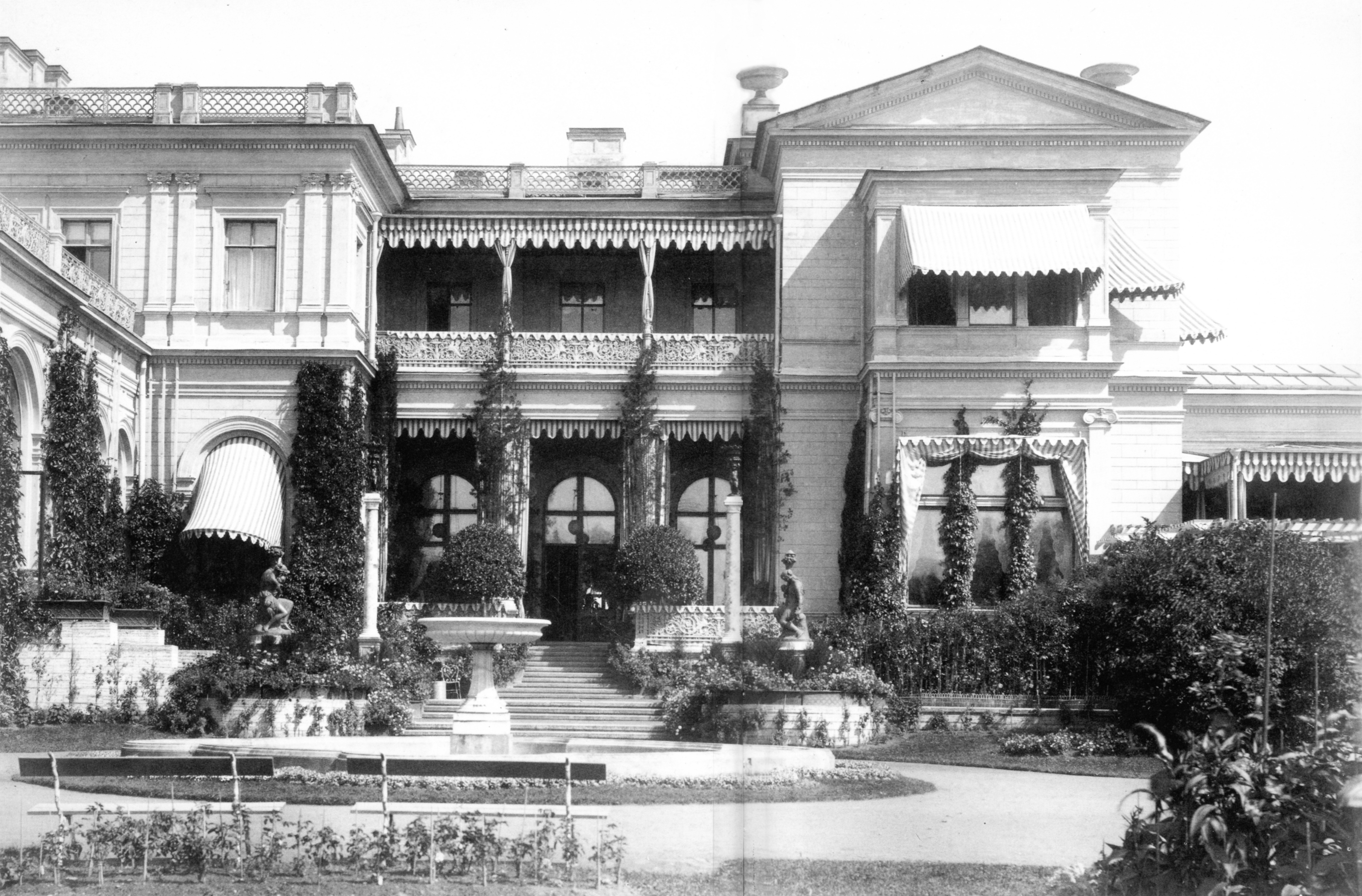 Терраса перед юго-западным фасадом Большого дворца. 1882