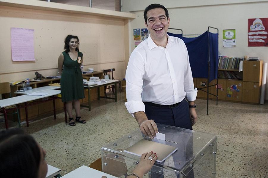 Ципрас голосует на референдуме.png