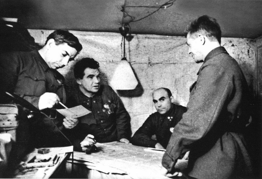 Kомандующий 62-й армией генерал В. И. Чуйков ставит боевую задачу генералу А. И. Родимцеву.jpeg