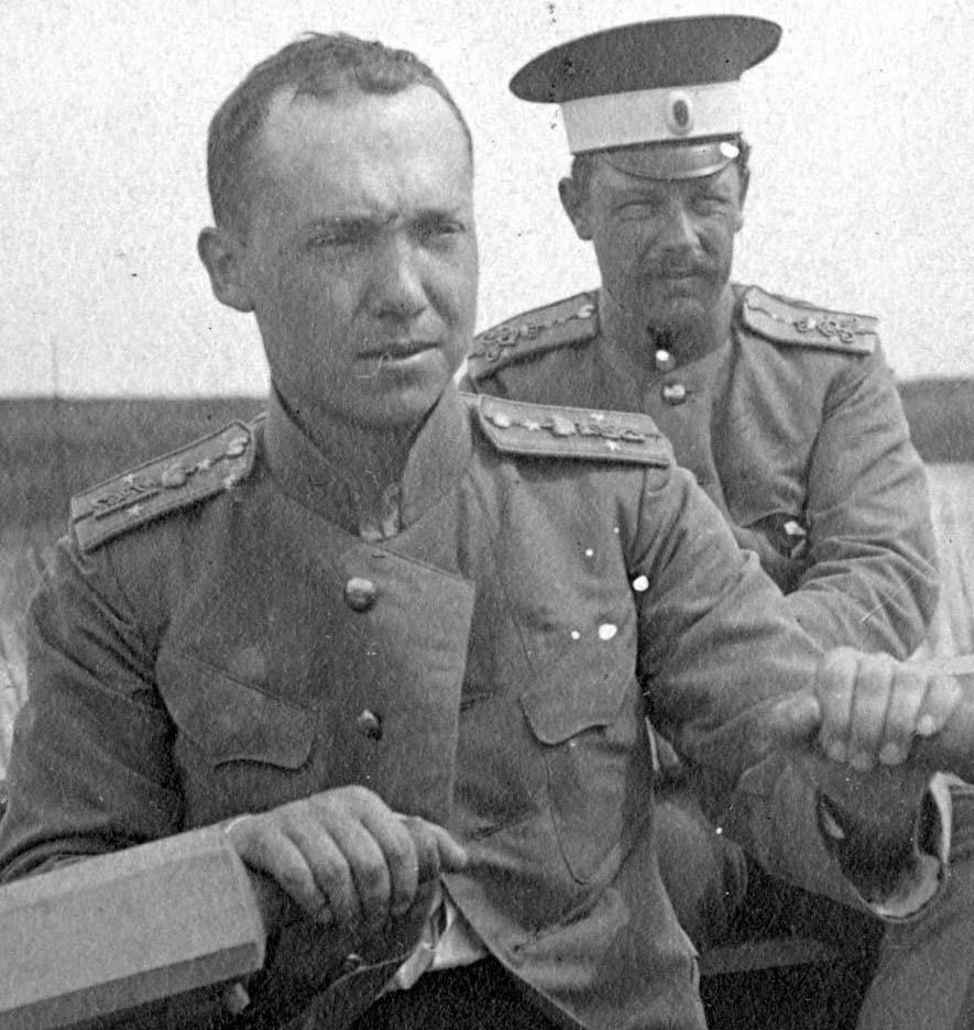 Кача 1914 г. В лодке за вёслами сидит поручик князь Масальский В.И., на заднем плане - штабс-капитан 3-го Гренадёрского Перновского полка Кузнецов А.А.