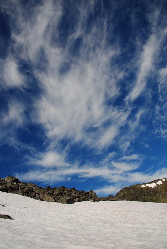 Целуют горы облака Иль обнимают нежно. Дорога в горы нелегка, Но обжита, изъезжена. Захватывает дух, И лентой кружит путь. Ласкаем восхищением слух, На красоту взглянув.