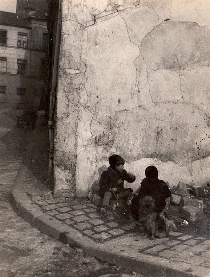 1948. Уличные мальчишки