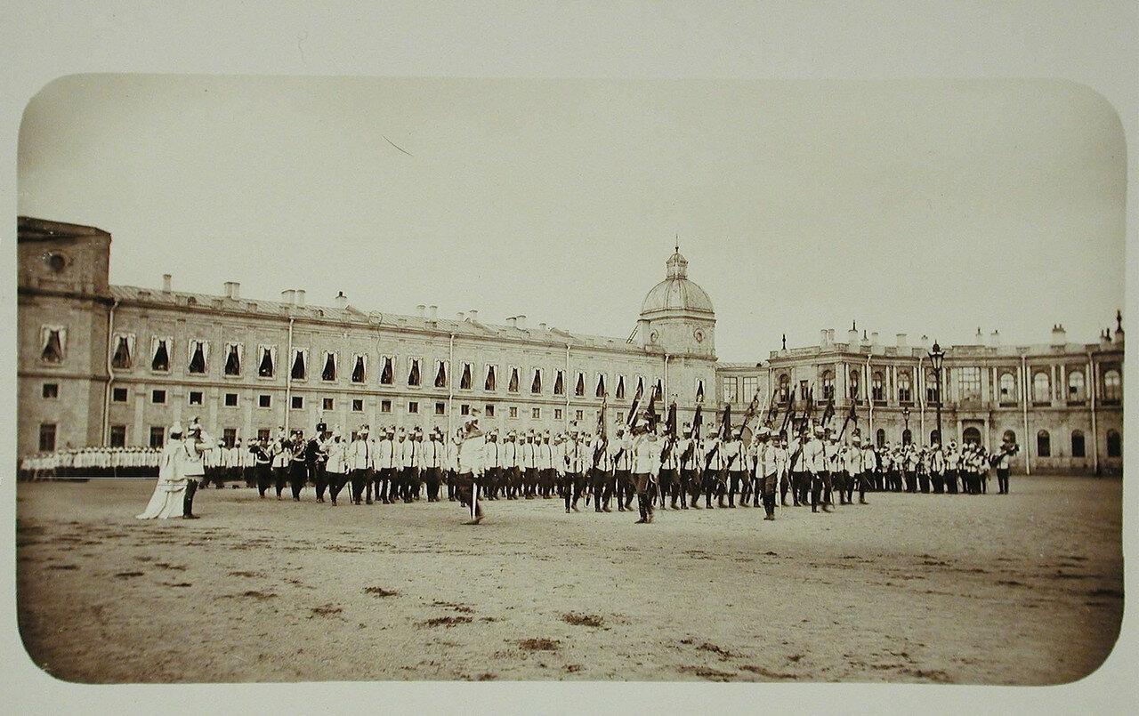 10. Шеф полка вдовствующая императрица Мария Федоровна и император Николай II (в центре) принимают парад кирасир на плацу перед Гатчинским дворцом