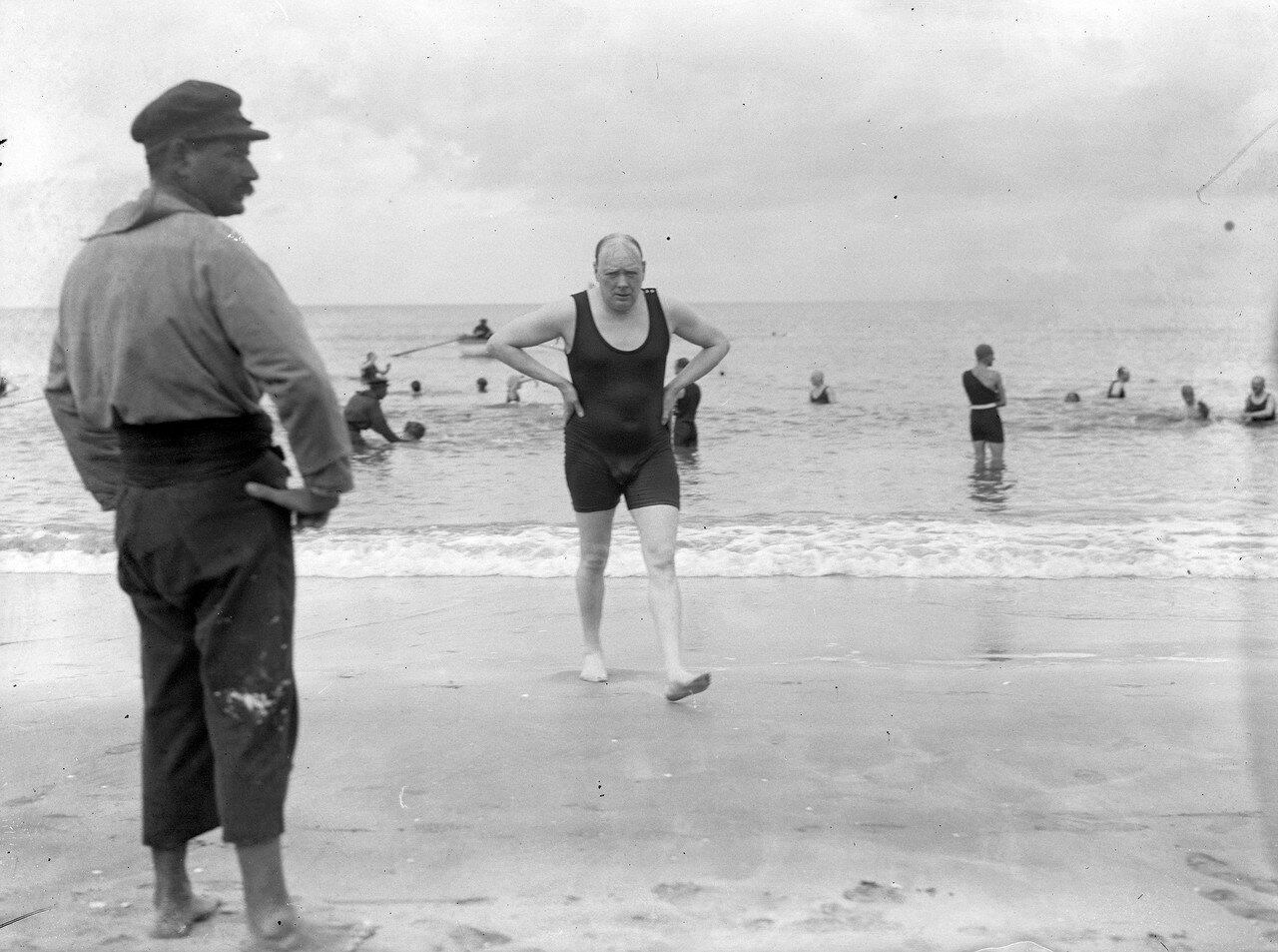 1922. Уинстон Черчилль после купания в море в Довиле , Франция