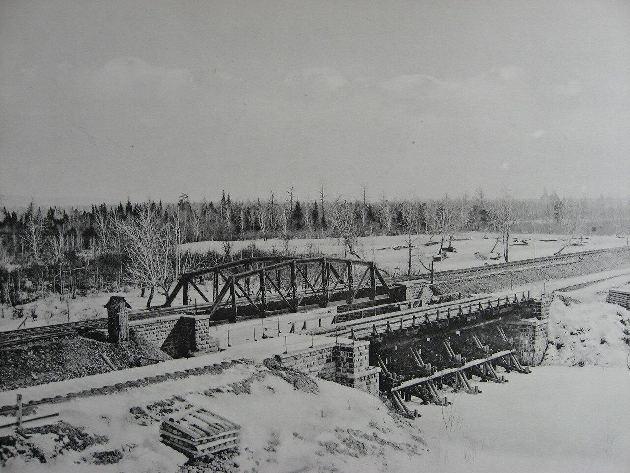 72. 2597 верста. Общий вид старого и нового мостов через р. Рубахину. Строительный период 1909