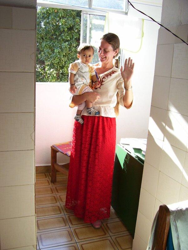 В Майеной подаренной юбке из Индии