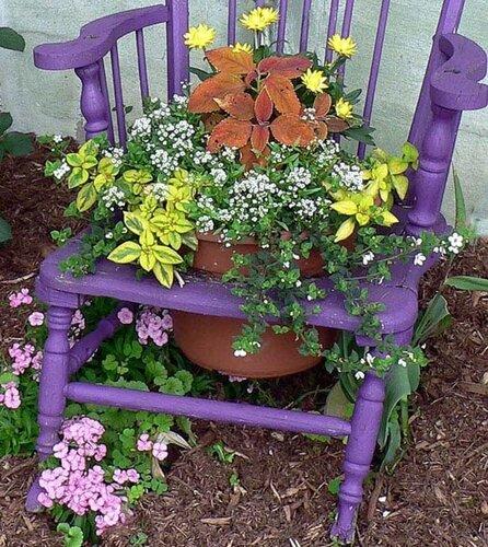 По декору сада клумбы из стульев