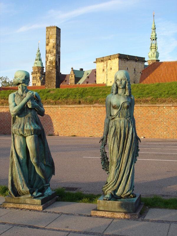 Дания. Хельсингер. Памятник Гамлету и Офелии.